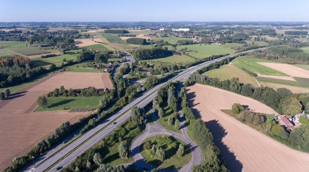 Pour rappel, la SOFICO assure la gestion d'un réseau routier d'environ      2.300 kilomètres (près de 900 kilomètres d'autoroutes wallonnes et de      1.400 kilomètres de routes nationales). Elle bénéficie pour cette tâche de       l'assistance technique de la Direction générale opérationnelle Routes et Bâtiments du Service Public de Wallonie     .  Depuis 2010, le réseau wallon d'autoroutes et de nationales stratégiques fait l'objet d'une rénovation en profondeur, après des années de sous-investissement. Au total, en 2020, ce seront plus de 2 milliards qui auront été investis en 10 ans pour offrir aux Wallons des routes de qualité. Cette augmentation de moyens a notamment été réalisée grâce à la redevance kilométrique des poids lourds. Cet effort est appelé à se poursuivre pour permettre de tendre au maximum à un entretien préventif du réseau. Le Ministre Carlo DI ANTONIO remercie les automobilistes pour leur patience et leur attention au personnel qui travaille sur nos routes.
