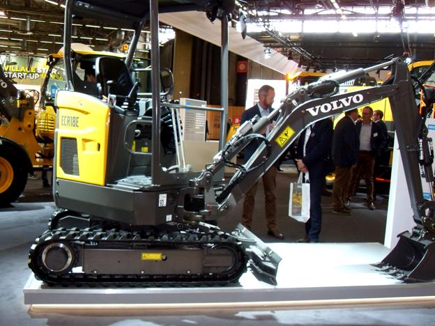 En première mondiale au salon Intermat Volvo Construction Equipment a dévoilé sa pelle ultra-compacte ECR18E de 1,8 tonne. Grâce à son déport arrière ultra-court elle peut travailler dans des espaces très étroits. Elle est dotée d'un châssis à voie variable et d'un moteur développant 12kW/16ch. Le nouveau modèle complète l'offre Volvo, qui comprend jusqu'à présent sept modèles à rayon court, allant de 1,7 à 9,5 tonnes. La machine sera disponible dans le monde entier à partir de fin 2018. Sur son stand, le suédois exposait aussi la mini pelle EX2 entièrement électrique primée aux Intermat Innovation Awards, une pelle sur pneus compact de moyenne puissance équipée d'un Tiltrotator et le petit chargeur sur pneus L28F. Volvo EC a également présenté   son approche la plus avancée de la gestion des machines dans l'industrie avec une gamme élargie de systèmes intelligents de commande des machines  .     Yanmar