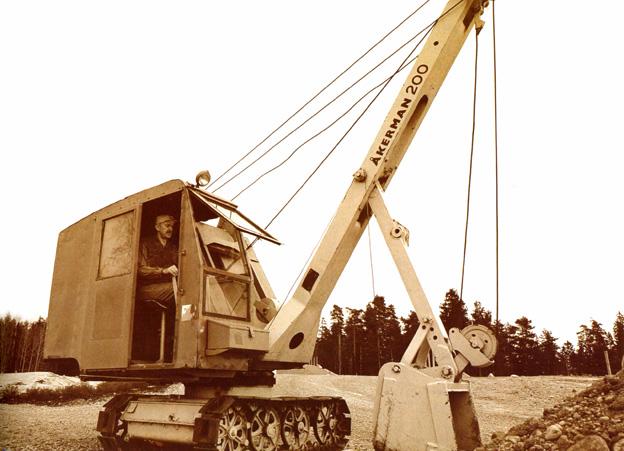 Le constructeur suédois offrait cette pelle mécanique «midi » soit en version rétro, soit en version butte. Elle était produite à Eslov dans le sud de la Suède. Sa production a débuté en 1946 et s'est terminée en 1958. Seulement 69 exemplaires ont été produits. En 1991, Akerman sera repris par Volvo (VME Group).  Ses caractéristiques principales sont les suivantes : puissance moteur : 20-33 CV, poids en ordre de marche : 6 tonnes, capacité godet : 200-250 litres , vitesse de déplacement : 1,45 km/h.  Ses dimensions : largeur 2,20 m, hauteur 2,77 m, largeur des chenilles : 300-425mm, longueur : 1500 mm. Pression au sol : 0,6 kg/cm2 ,hauteur d'excavation : 4,5 m.     P&H 315