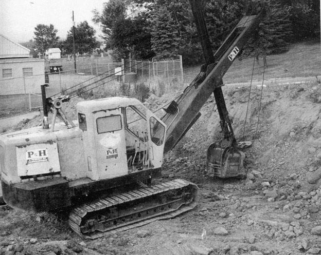 Au fil des années, Harnischfeger Corporation a produit des pelles et des grues, des plus petites de 286 litres de capacité, aux plus grandes pelles à deux chenilles disponibles pour les mines. Quand les petites pelles à câbles destinées au secteur de la construction étaient populaires, le constructeur a joué un rôle significatif avec une «ligne complète » d'excavatrices sur chenilles avec des capacités de godets allant jusqu'à 2.675 litres, ainsi qu'une vaste ligne de grues sur pneus et sur châssis porteur. La pelle en butte P&H 315, dont le poids avoisine les 22 t, a été produite de 1961 à 1976. Elle incorporait une isolation entre la cabine et un châssis du type tracteur. Comme d'autres excavatrices P&H de cette époque, la 315 était équipée d'une boîte de vitesses P&H. Celle – ci comprenait tous les arbres de transmission et embrayages nécessaires pour transmettre la force à tous les mouvements de la machine. Tous les embrayages étaient complètement enfermés dans un bain d'huile. Elle était équipée d'un godet à vidage par le fond.      Rapier 423