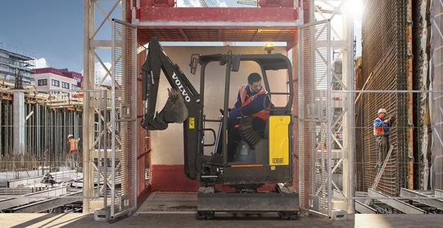 volvo-show-compact-excavator-ecr18e-2324x1200 - copie.jpg