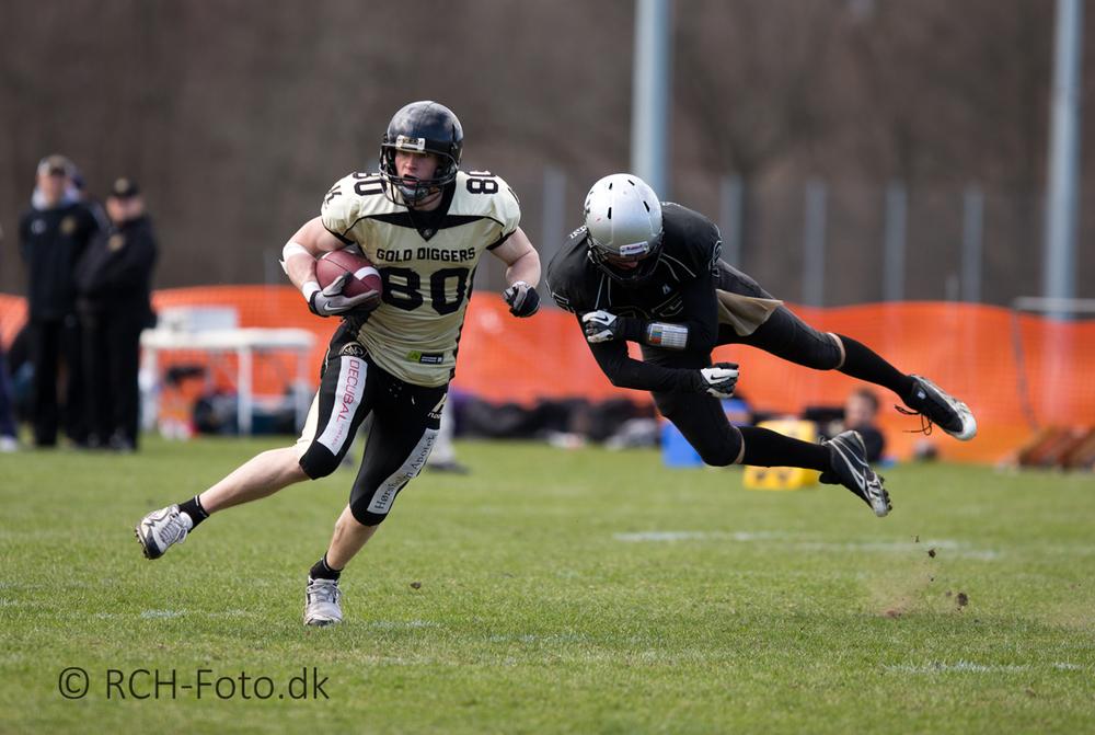 #80 Gold Diggers WR Jonas Bo Hansen undslipper en takling. © René Christian Hansen