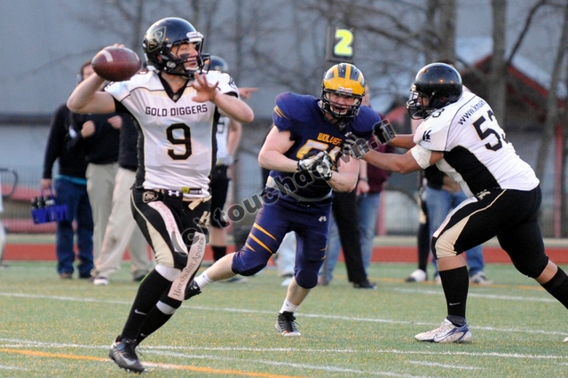 Gold Diggers #9 QB Zach Shaw throws on the run © touchdown.fi