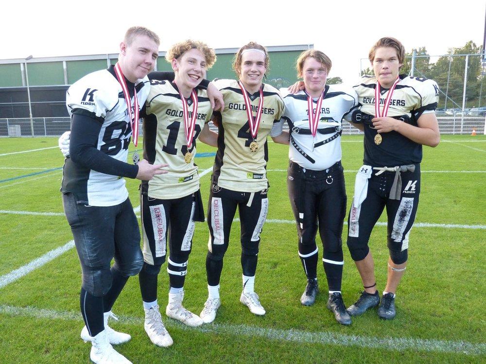 Thomas Ashworth i midten sammen med nu fire holdkammerater på landsholdet.