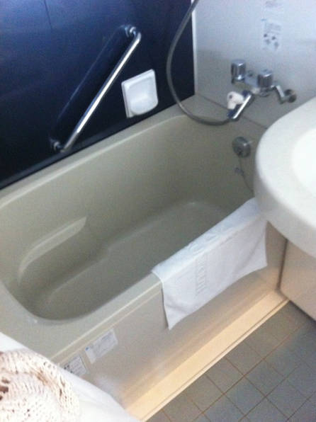 Tiny but very deep bath! Hotel baths are great because you don't have to pay for the hot water ( ・ิω・ิ)