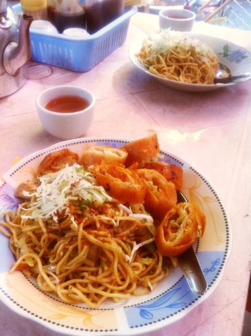 Fried noodles with chopped spring roll