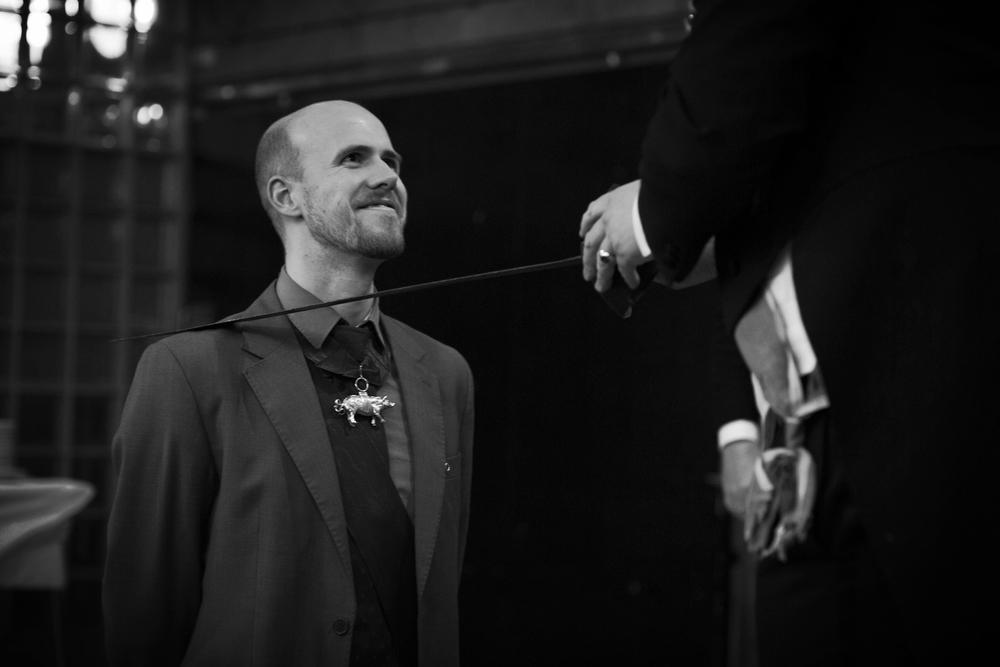Andreas Slørdahl puster lettet ut og blir slått til ridder av Den Hviide Knap