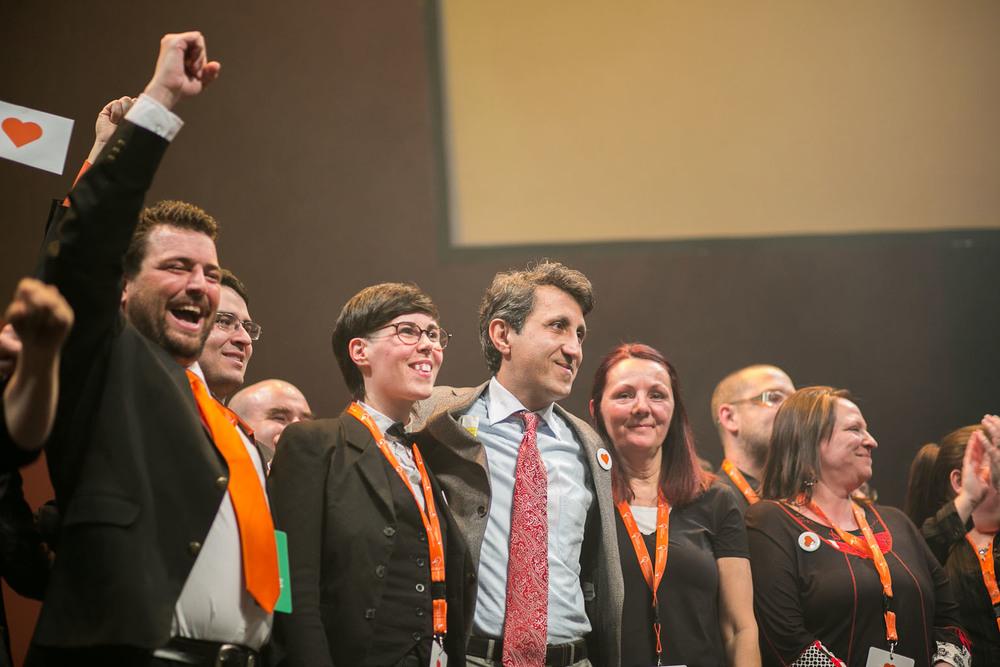Amir Khadir, réélu pour la troisième fois, est entouré des candidats de Québec Solidaire.