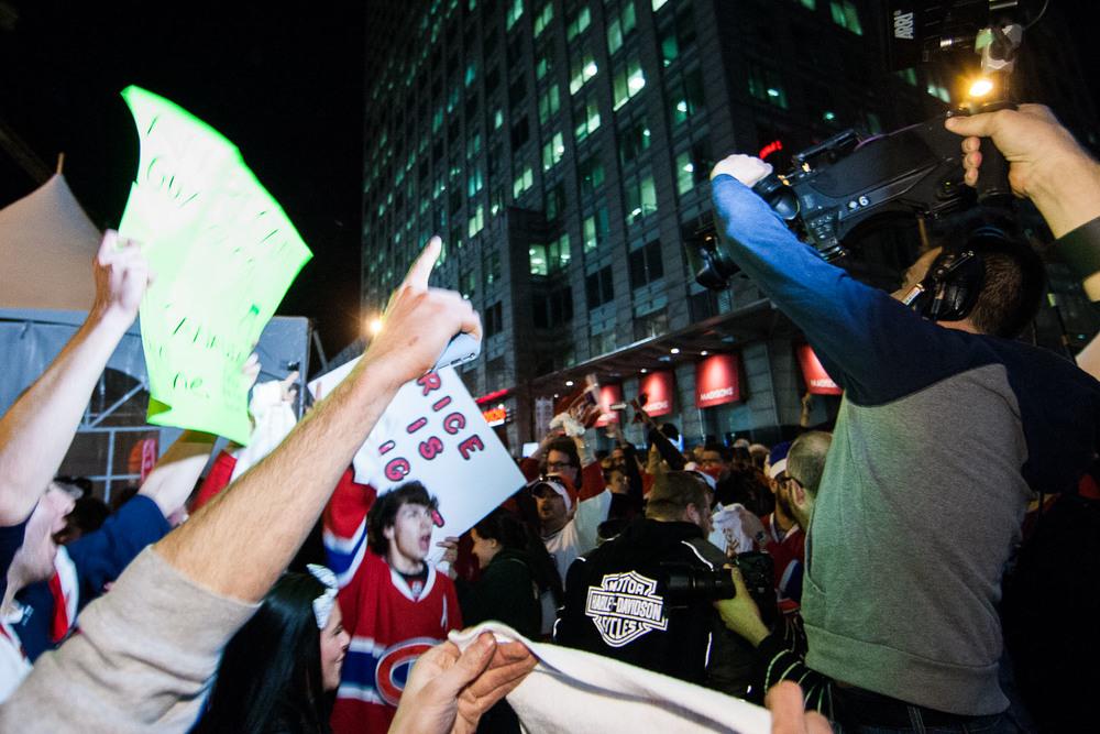 Célébrations après la deuxième victoire du Canadien de Montréal contre les Bruins de Boston en troisième partie de quart de finale des séries éliminatoires à l'extérieur du Centre Bell à Montréal.