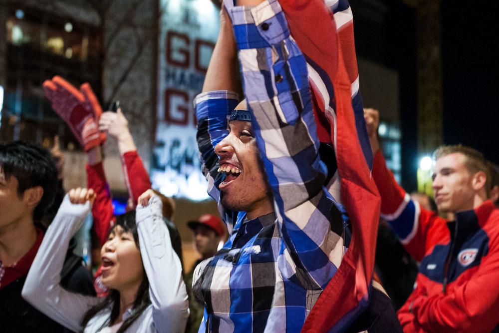 Célébrations après la troisième victoire du Canadien de Montréal contre les Bruins de Boston en troisième partie de quart de finale des séries éliminatoires à l'extérieur du Centre Bell à Montréal.