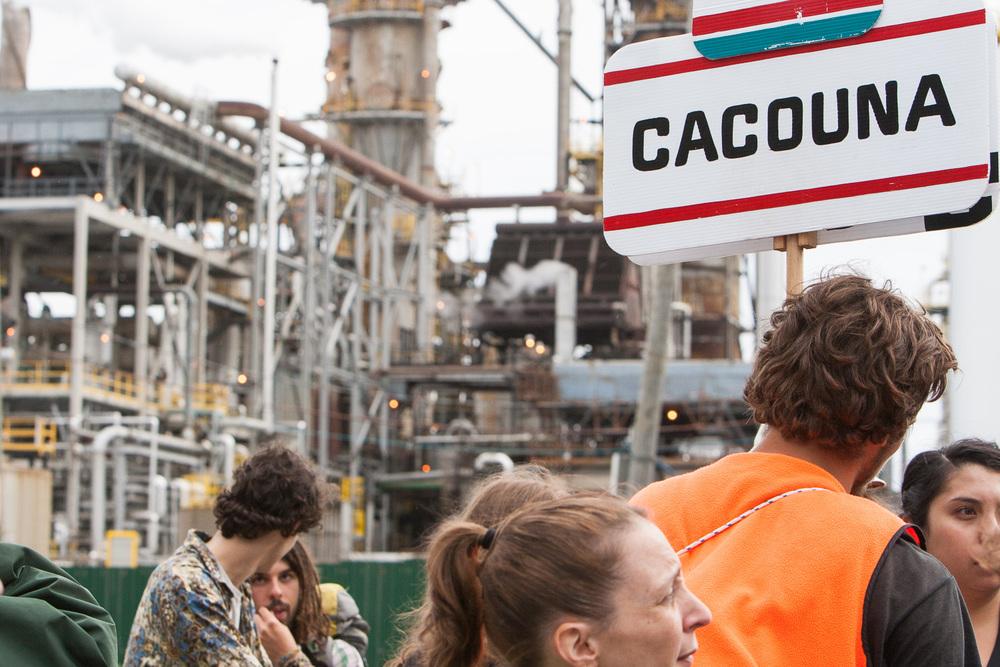 Coule pas chez nous! - Les opposants aux projets d'oléoducs Énergie Est et Ligne 9B se sont donné rendez-vous face aux raffineries de la pétrolière Suncor.