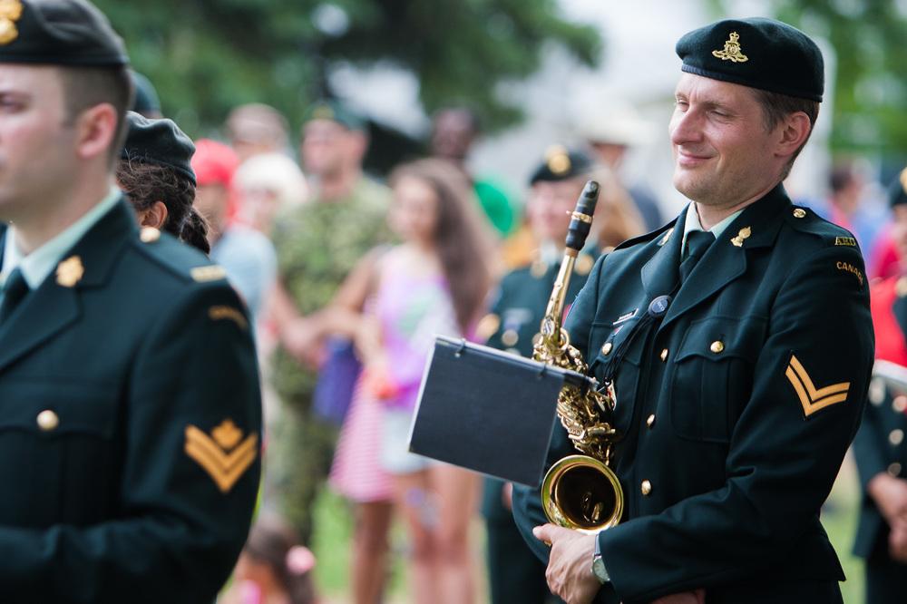 Un militaire canadien membre de la fanfare lors de la cérémonie.