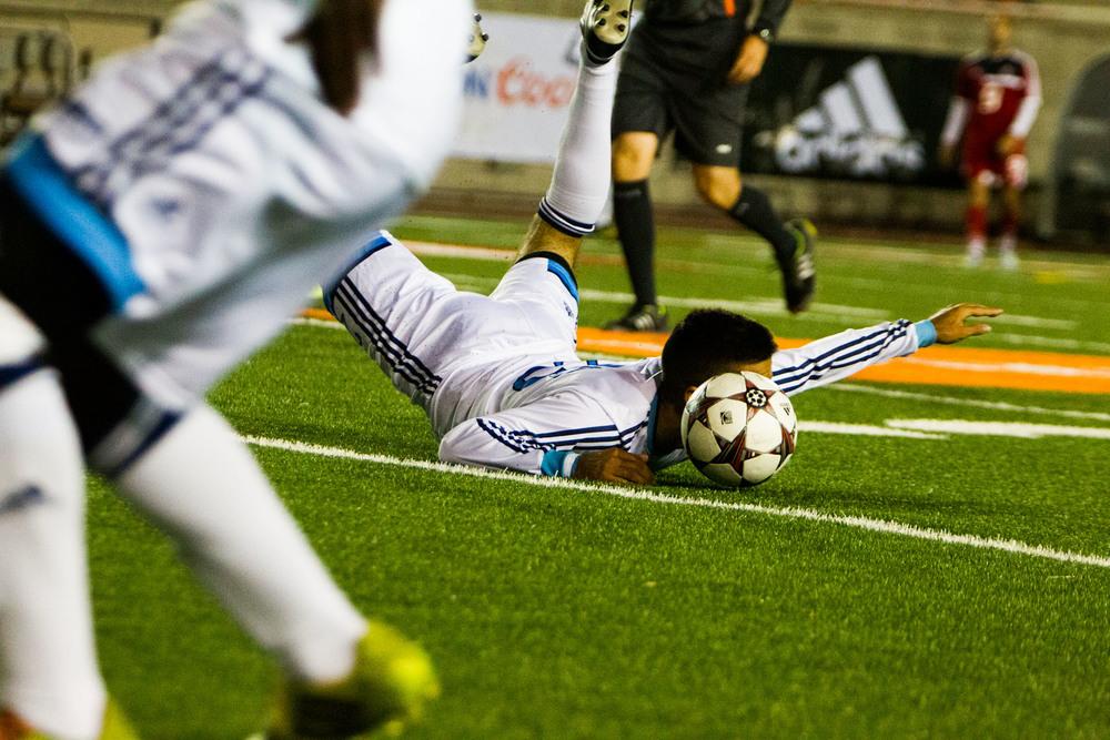 Sebastian Munro tombe face contre terre lors d'une avancée face aux Redmen de McGill.