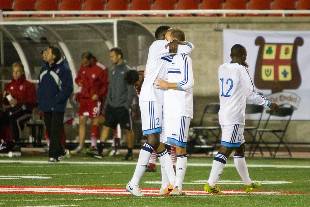 Les joueurs des Citadins célèbrent leur victoire face aux Redmen de 2-1 après un match haut en couleurs.