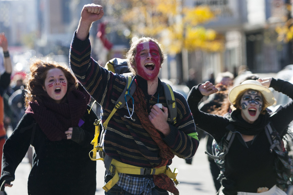Des manifestants célèbrent la réunion des deux parties de la manifestation qui s'était scindée un peu plus tôt.