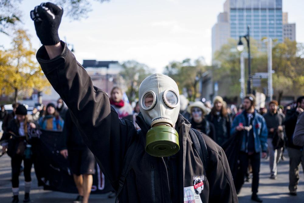 Les manifestants étaient invités par les organisateurs à venir déguisés à l'occasion du 31 octobre.