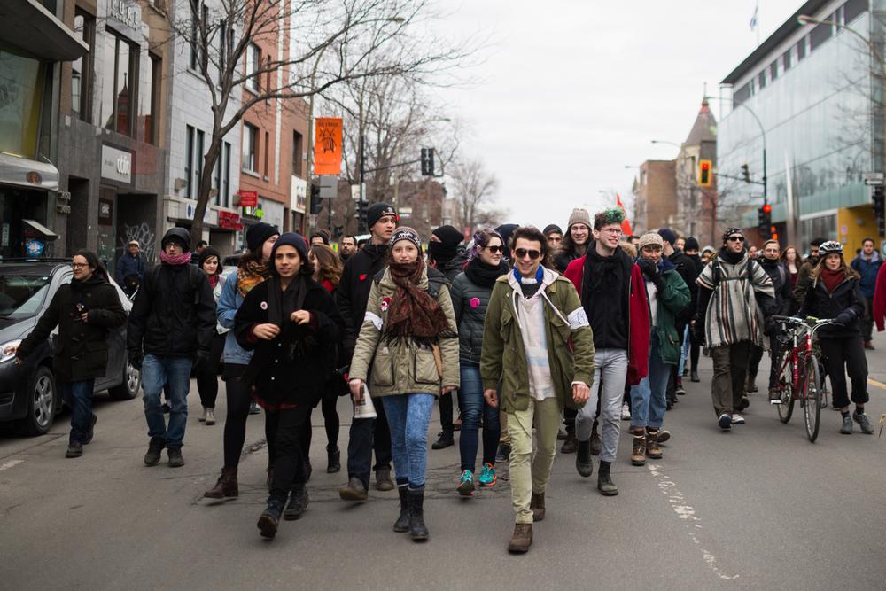 Une centaine de manifestants ont pu manifester pendant 2 minutes avant d'être pris en souricière.