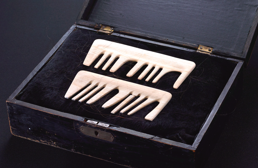 "combs with unequal teeth in order to spell the word ""mama""/cherry wood, the artist's hair, wooden box/23x 5cm/"
