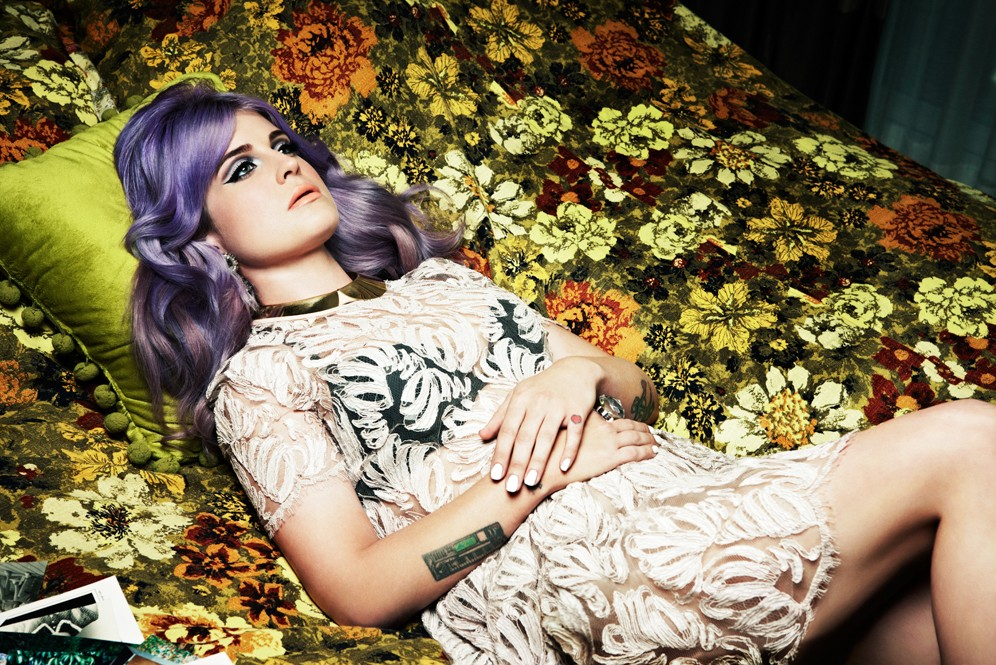 kelly_osbourne_lying-down_996x665.jpg