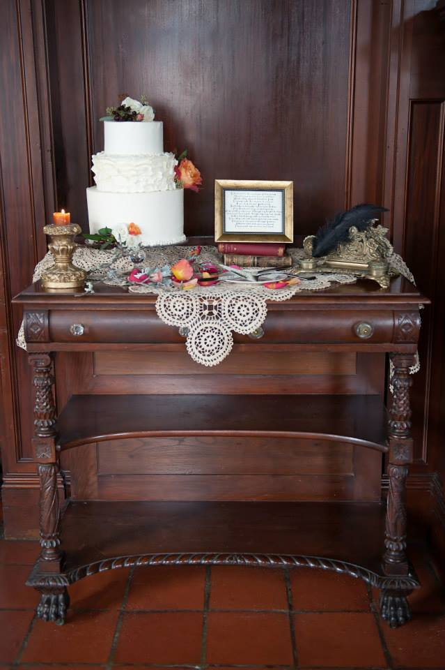 shakespeare-inspired-wedding-cake-decor