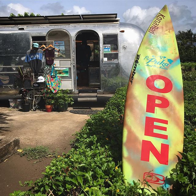 Surf Stream Mobile Retail OPEN! October 4th & 5th at Kalapaki in the @kauaiathletic parking lot. Thursday 9-1pm(surf break)3-8pm Friday 9-2pm Get 10% off Tahitian jewelry, pareos, and Lauhala bags when you mention this post. * In store purchases made today or tomorrow only* #salealert ------ Where would you like to see me open through the week? ------ #kauaibusiness #airstream #smallbusiness #madeinkauai #shoppingkauai