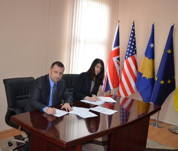 Minister for Communities and Return Dalibor Jevtic and DRC Country Representative Kristen Stec sign  new agreement