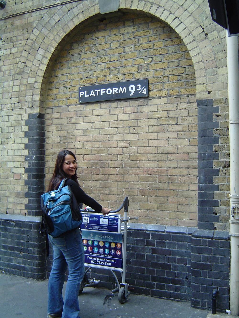 """En el andén 9 y3/4, a punto de """"tomar el tren"""" a Hogwarts."""