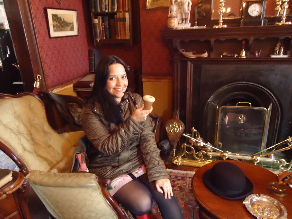 """""""...me gustó escuchar, dentro de mi cabeza, las verdaderas voces de mis personajes favoritos"""" -  Fumando la pipa de Sherlock(en el Sherlock Holmes Museum)."""