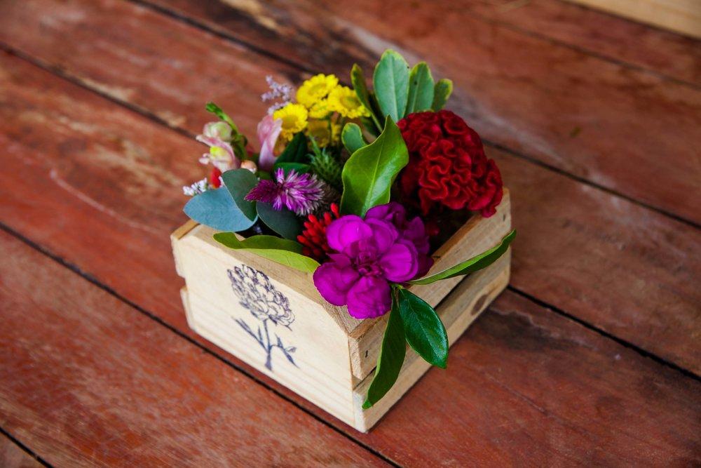 CAIXINHA DE MADEIRA COM 5 MINI VASINHOS: R$66 (cada un.aprox. 7cm de altura e 6cm de diâmetro com flores)