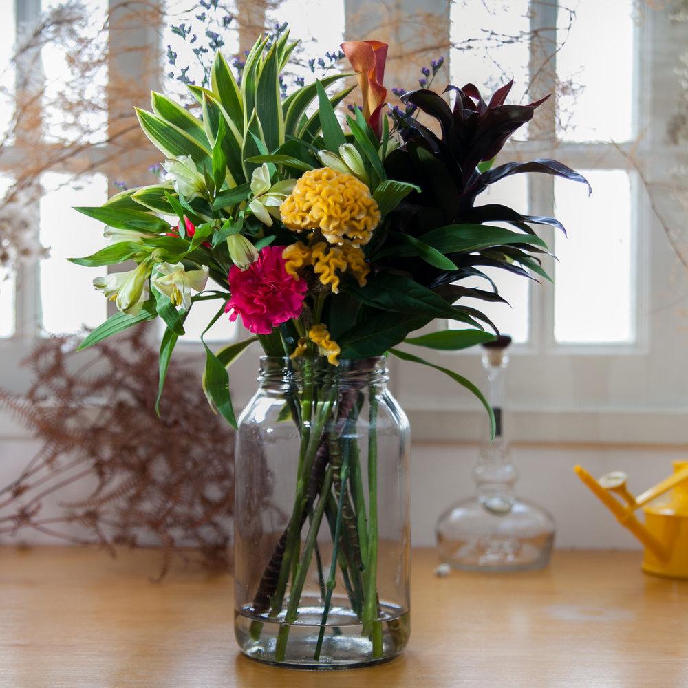 ASSINATURA-PRESENTE: Flores 1x por semana durante 1 mês! O primeiro arranjo vai no vidro com um voucher e uma tesoura explicando a bricandeira e os seguintes, em buquê. R$295
