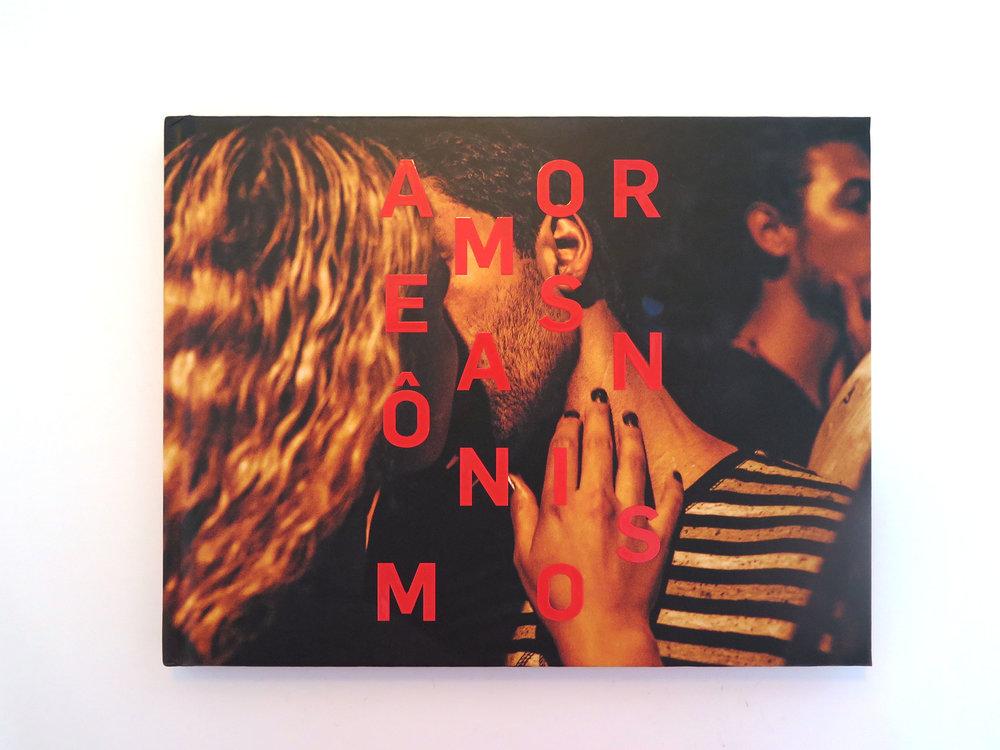 Livro de fotos AMORES ANÔNIMOS:Composto por lindas fotos de casais apaixonados tiradas pelo mundo, a publicação começou comuma hashtag no Instagram e acabou de ganhar sua versão impressa. R$35
