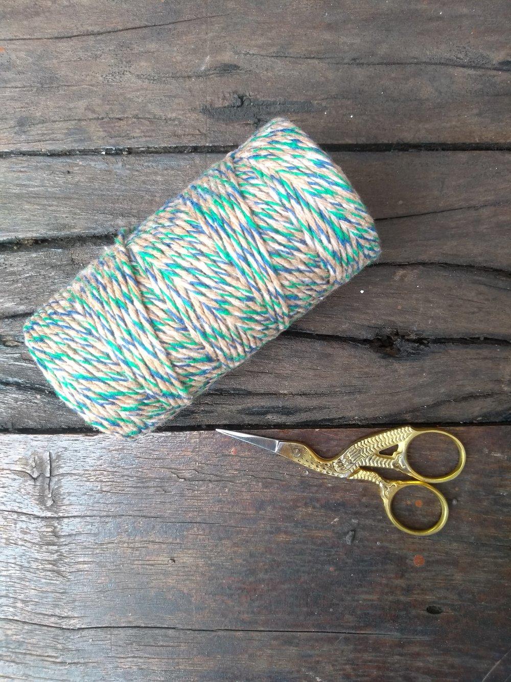 Barbante Colorido + Tesourinha de Costura: R$40