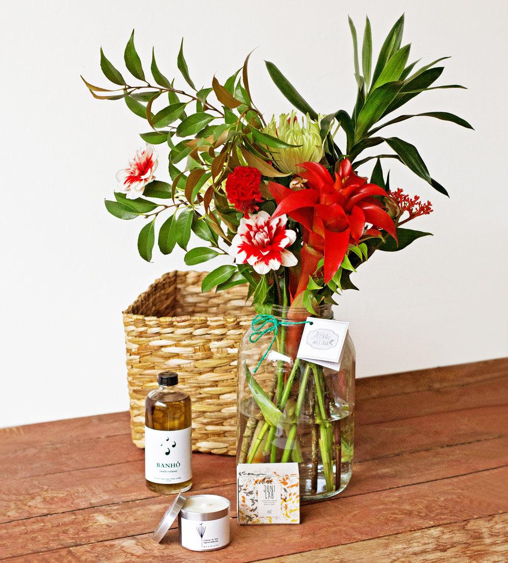 Kit Bem Estar:  Seu Pote G vai acompanhado de um Sabonete Artesanal, vela de Manjerona e um vidro grande de banho de Ervas.  R$295