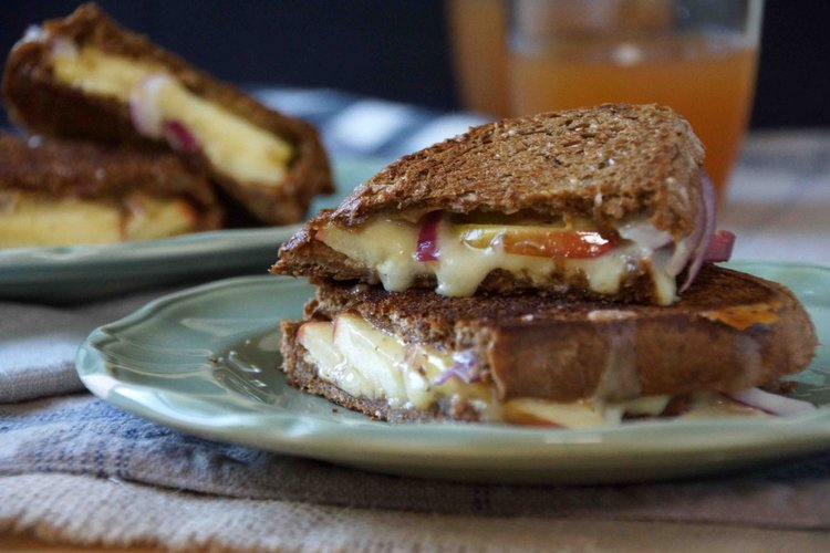 inspired by http://www.strawberryplum.com/apple-onion-sharp-cheddar-grilled-cheese-sandwich/grilled-cheese-sandwich-with-apples-on-pumpernickel/