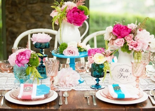 Blue-and-pink-tablescape-500x360