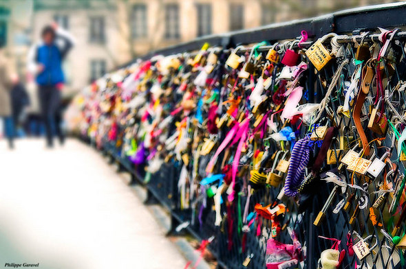 lovers-bridge-pont-des-arts-paris-france