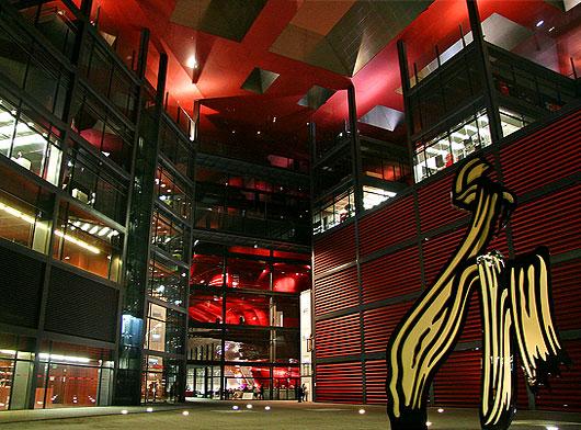 Imagem nocturna do interior da ampliação do Museu Reina Sofía assinada pelo arquitecto francês Jean Nouvel