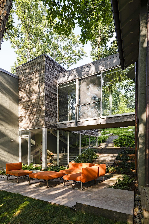 lrb_modern_courtyard_bridge_concrete_anna_boeschenstein.jpg