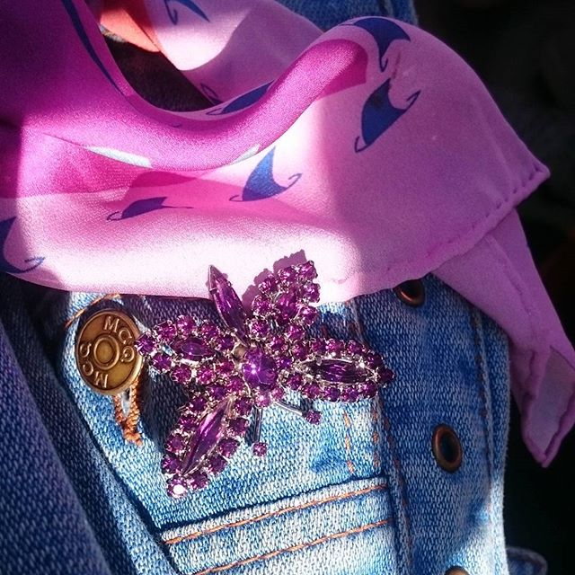 Sunshine + sparkles = 💞✨🌞#sunshine #sparkle #Marbella #Spain #brooch #silk #neckerchief #accessories #luxury #luxuryaccessories #styleblogger #pinksurf #denium #sharkfin