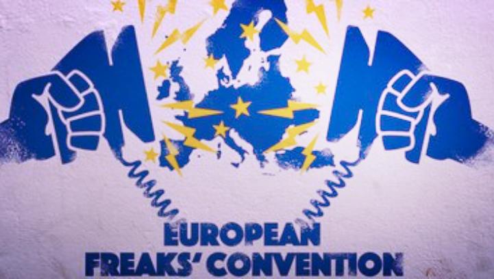 """EUROPEAN FREAKS  2019. március Zimmertheater, Tübingen, Németország    Színházi fókuszcsoportos kísérlet     Ha egy történész a jövőből a 2018-as események, cikkek, híradások alapján próbálná megítélni, hogy az EU milyen állapotban van, valószínűleg nem jósolna nagy jövőt a szövetségi rendszernek.    Az EU-ról szóló közbeszédet az utóbbi években a válságok, konfliktusok és kilépési forgatókönyvek határozták meg, erősödnek az EU-szkeptikus hangok, a döntéshozatali folyamatokat pedig rövidtávú önös érdekek, és nem közös víziók határozzák meg.    Tényleg kiüresedett szlogenek halmaza az Európa-brand, vagy csak leszálló ágban van az EU PR-ja? És mi a teendő: kozmetikai beavatkozás, ráncfelvarrás; vagy újraélesztés a következő lépés?    Mi történt az európai ideával?    E kérdés apropóján szervez nemzetközi konferenciát a Zimmertheater Tübingen """"European Freak's Con"""" címmel, a STEREO AKT csapata pedig a konferencia élményanyagát, kérdésfelvetéseit és legérdekesebb dilemmáit felhasználva készít participatív előadást a helyszínen.    Szereplők: Borsos Luca, Göndör László, Julia Jakubowska, Vass Imre Grafikus-animátor: Ásmány Zoltán Zene: Bartha Márk Dramaturg: Thury Gábor Rendező: Boross Martin"""
