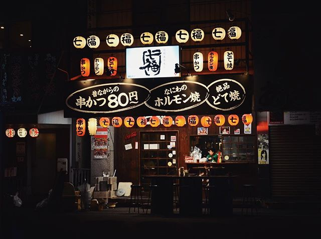 03.20.2019 Window service for late night snacks. ——————————— One of my favorite parts of Osaka is navigating brightly lit roads and alleyways with the squad at night. It's fun to find a story in the people and places around us. ——————————— 🔖 #日本 #写真 #japantrip #moodygrams #explorejapan #capturestreets #in_public_sp #lensculturestreets #folkgood #throughthelens #nikond5100 #35mm #storyofthestreet #streetviews #streetstory #exploretocreate #vscoedits #vscox #nightlife #osaka #大阪市 #latenightsnack #osakatravel #osakaeats