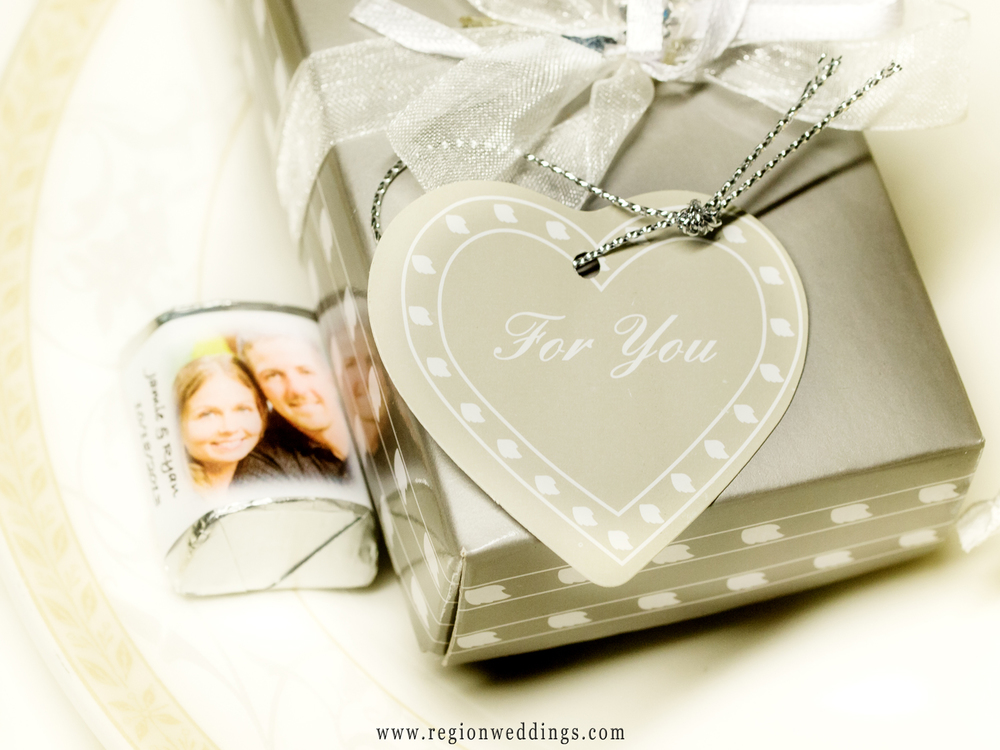 Wedding favor chocolates and a box with a keychain inside and decorated with a heart.
