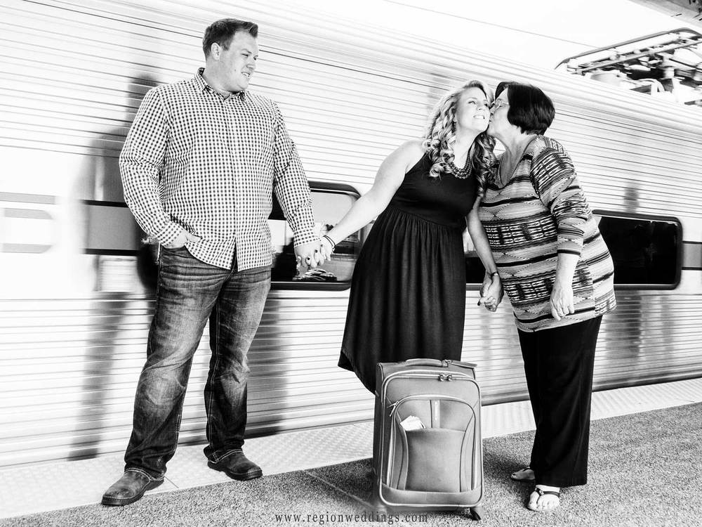 Mom sees off her daughter for an engagement photos session in Chicago.