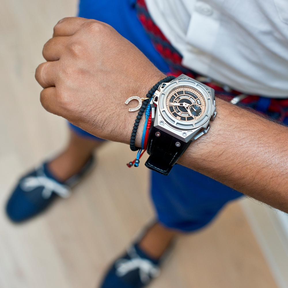 LINDE_WERDELIN_SpidoLite_II_Titanium_Gold_USlimited_hand_blue_trousers_and_Shoes.jpg