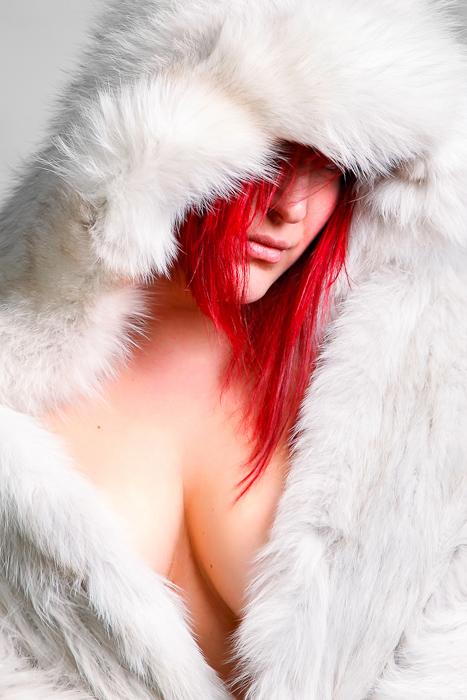 fourrure blanche et cheveux rouges