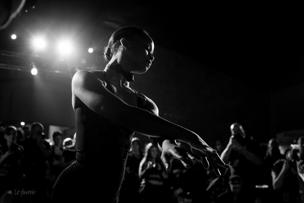 Je suis en train de préparer les photos pour Kollontai de la soirée d'hier, et voici mon coup de coeur du moment. Le cocktail-défilé était ponctué de prestations par des danseuses de ballet.