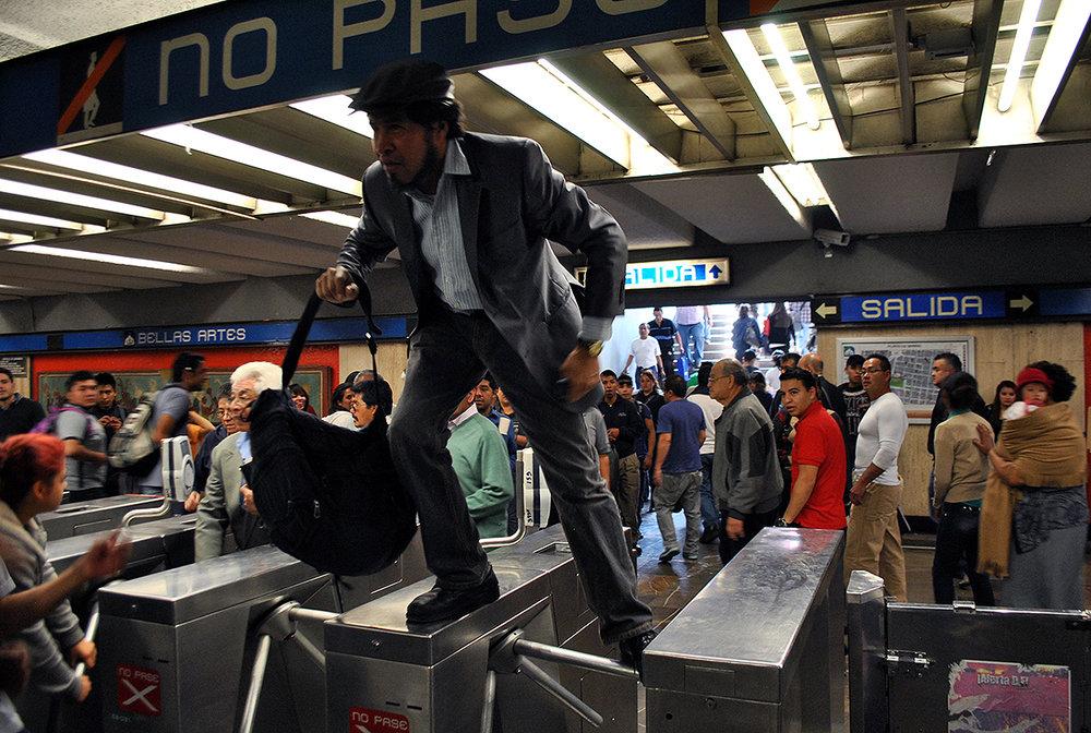 """Por Samuel Ortiz Las políticas de movilidad urbana son fundamentales en cualquier ciudad, sobre todo en una donde -como en la Ciudad de México- habitan más de 9 millones de personas. Sin embargo, en los últimos 25 años las políticas de transporte en la capital han renunciado a la innovación y privilegiado el uso del automóvil. Viaductos, segundos pisos, super-vías y circuitos rápidos han crecido a un ritmo más acelerado que el metro, los autobuses o el metrobús. Contrario a las tendencias y mejores prácticas internacionales, en México se ha relegado el mejoramiento del transporte público. Han dominado los criterios políticos sobre los técnicos, y los intereses de grupo sobre los más generales de la población. Ahora, tras el incremento en el precio de las gasolinas, las frecuentes contingencias ambientales y el creciente tráfico hacen evidente la necesidad de reflexionar sobre un cambio de paradigma en la forma en la que nos transportamos. La opción natural sería reducir el uso de vehículos privados y aumentar el del transporte público. A pesar de las buenas intenciones, la transición no es sencilla por las deficiencias en el servicio. Y tampoco tiene soluciones evidentes ni se resolverá con decisiones fáciles. Emblemático por sus casi 50 años de servicio, el Sistema de Transporte Colectivo (STC) es incapaz de brindar un servicio eficiente; pero por su magnitud y alcance es el que tiene mayores oportunidades de desarrollo. A partir de diciembre de 2013, la tarifa del STC, coloquialmente conocido como """"metro"""", pasó de 3 a 5 pesos por viaje. Para justificar el aumento, el Gobierno del Distrito Federal utilizó dos mecanismos: una encuesta realizada a los usuarios del metro[i] y un plan de once compromisos para mejorar el servicio.[ii] A más de tres años es posible obtener conclusiones sobre el impacto de esta medida. En primer lugar, hay que analizar el esquema de pago actual en el STC. Sin tomar en cuenta las cortesías de boletos que entrega el gobierno de la ciudad po"""