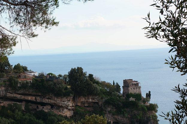 Castello on the Amalfi Coast. A week by the sea? [photo:  Vincie ]