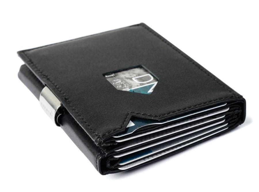 Stilren og klassisk lommebok i svart skinn.  399,-
