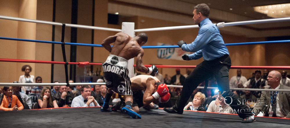 Moore (Black gloves-Winner) vs Hernandez (Red gloves)-3.JPG